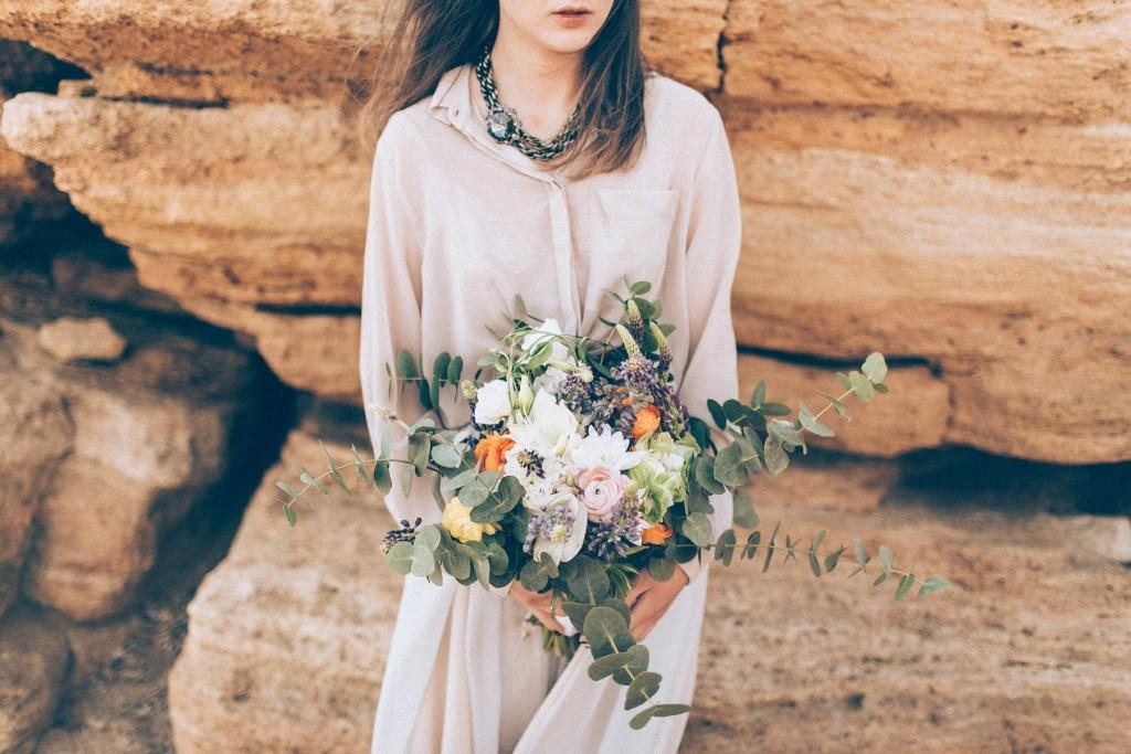 Свадебная фотосессия на пляже - букет невесты