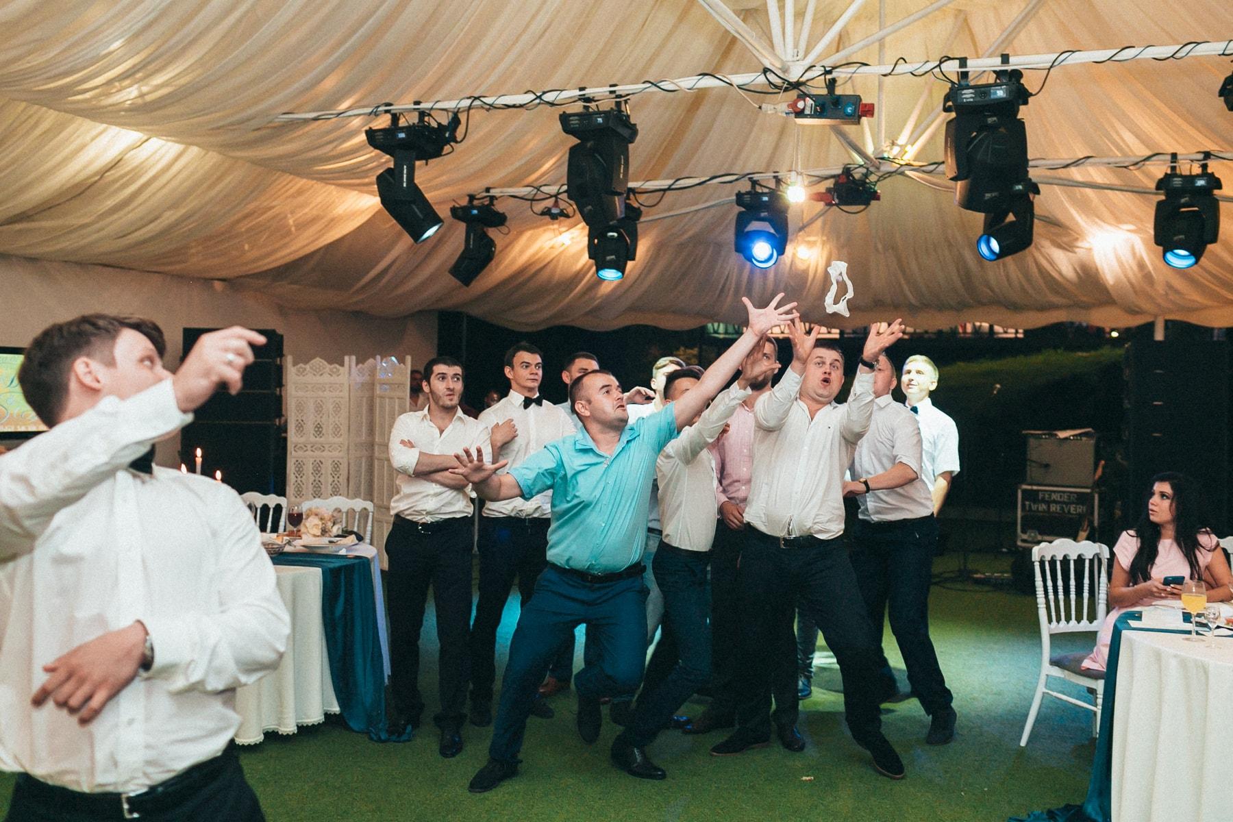 Свадебный фотограф Юрий Стахов (мужчины ловят подвязку)